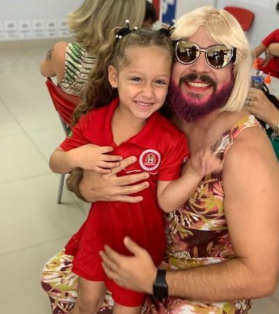 Pai viúvo se veste de mãe para participar de homenagem de filha em escola