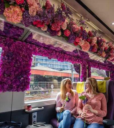 Passageiros são surpreendidos por trem repleto de flores e as reações são as melhores