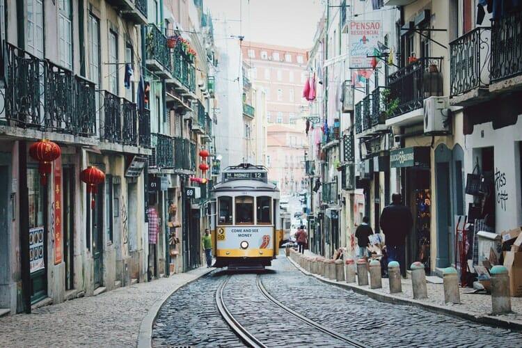 Bonde passeando pelas ruas de Lisboa