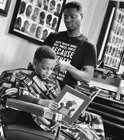 Barbeiro dá desconto para crianças que lerem em voz alta enquanto trabalha