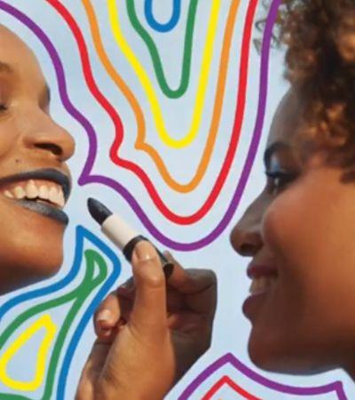 Amor incomoda: homofóbicos propõe boicote à Natura por lésbicas se beijando