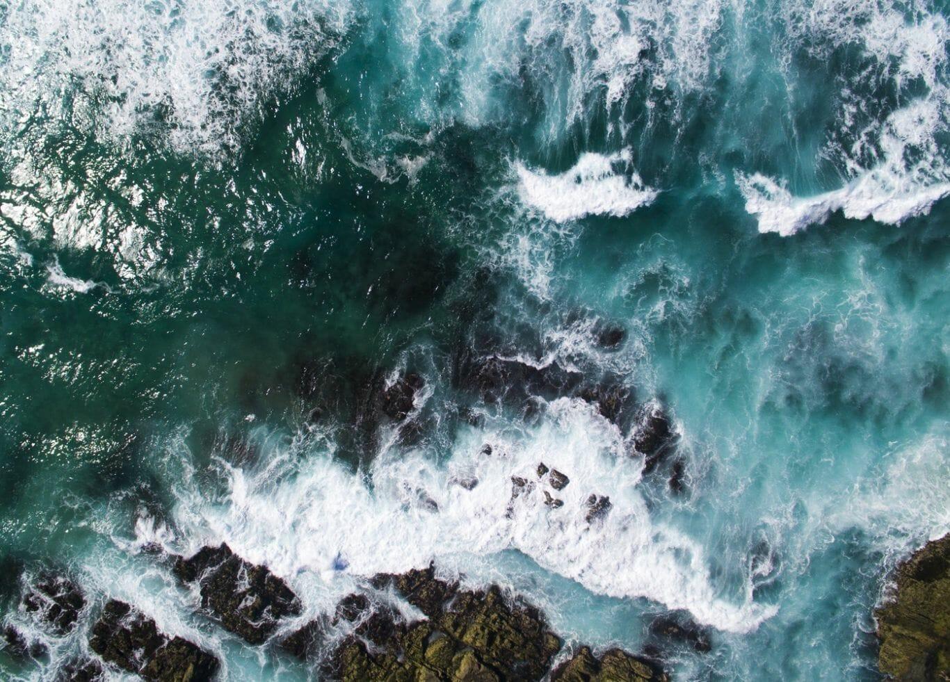 Ondas do mar quebrando nas pedras