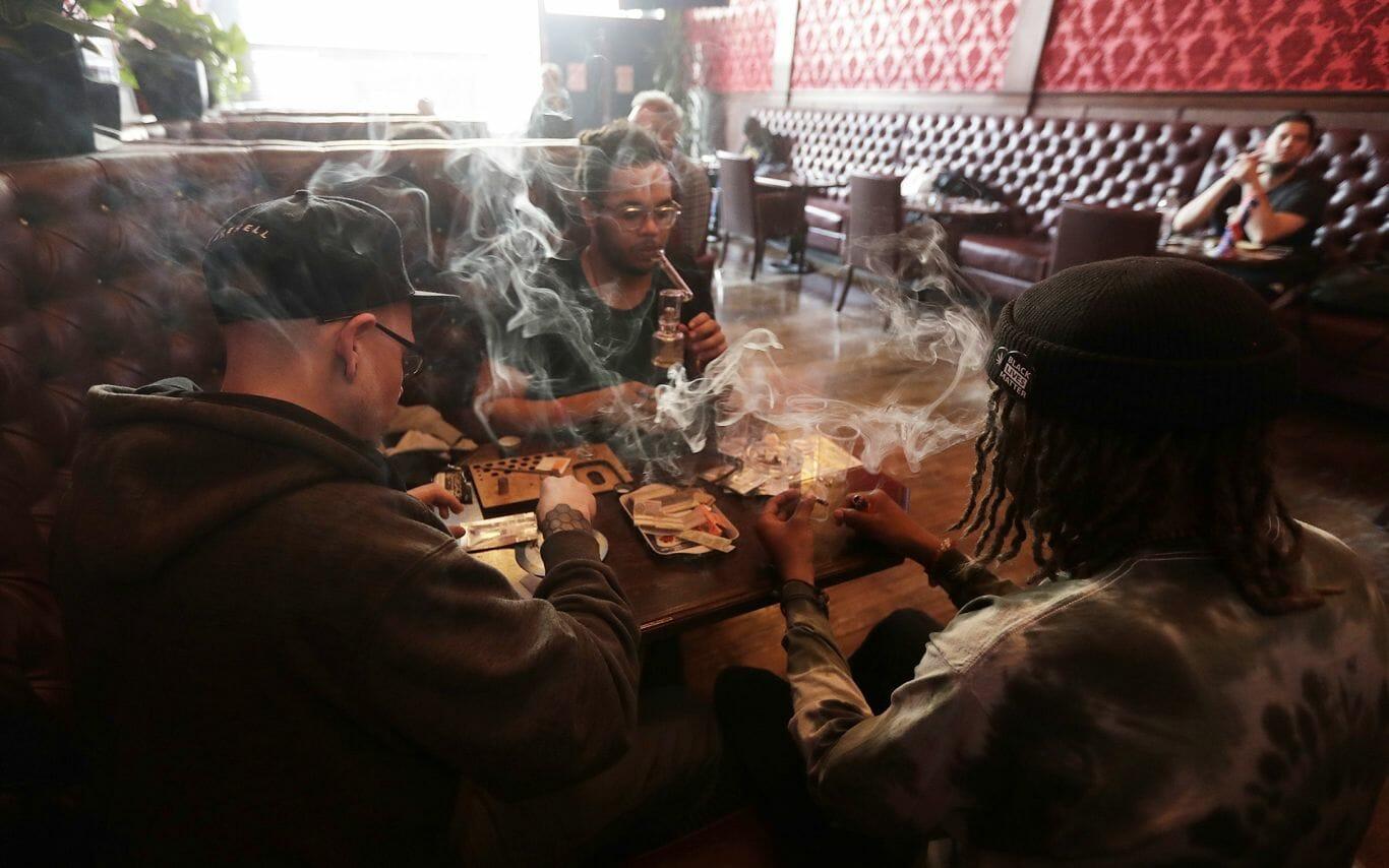 Lounge ou coffee shop, chame como quiser. A verdade é: você pode fumar tranquilo