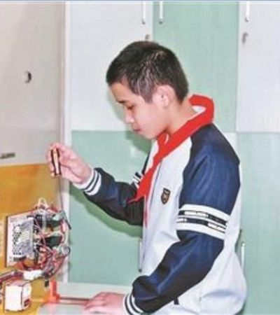 Menino de 12 anos inventa varal que foge da chuva depois de levar bronca da mãe