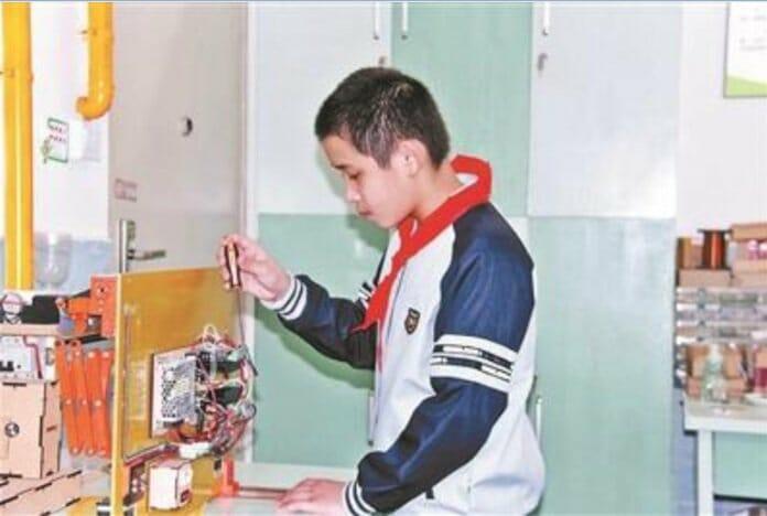 Lu Jiezhen trabalhando em sua invenção