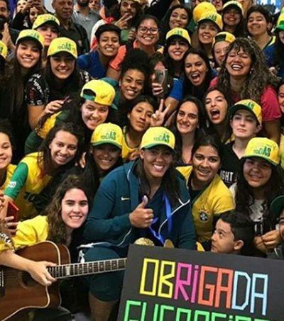 Após eliminação na Copa, Seleção é recebida com apoio e aplausos no aeroporto