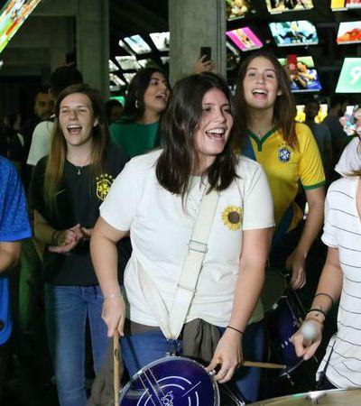Torcida canta músicas em homenagem ao futebol feminino em jogo do Brasil na Copa
