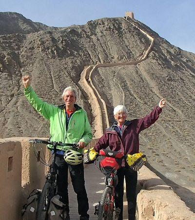 Casal de idosos pedala do Reino Unido até a Muralha da China
