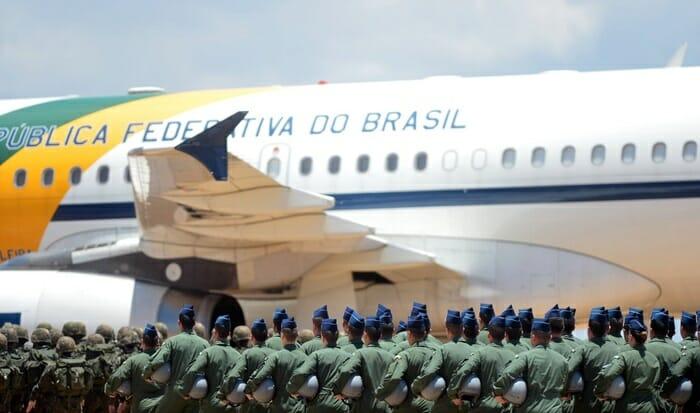 Militares brasileiros em frente ao avião presidencial