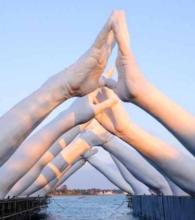 Escultor italiano cria obra de arte monumental simbolizando união para Bienal de Veneza