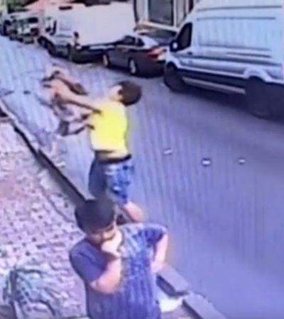 Vídeo: Imigrante salva criança que caiu do 2º andar de prédio