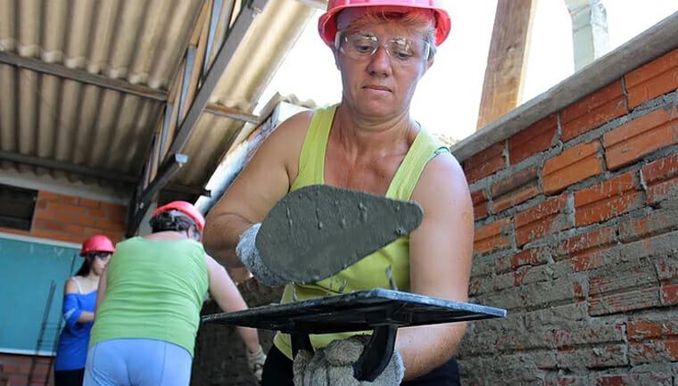 Mulher trabalhando como pedreira