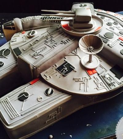 De outro mundo: o bolo em formato de Millennium Falcon é simplesmente incrível