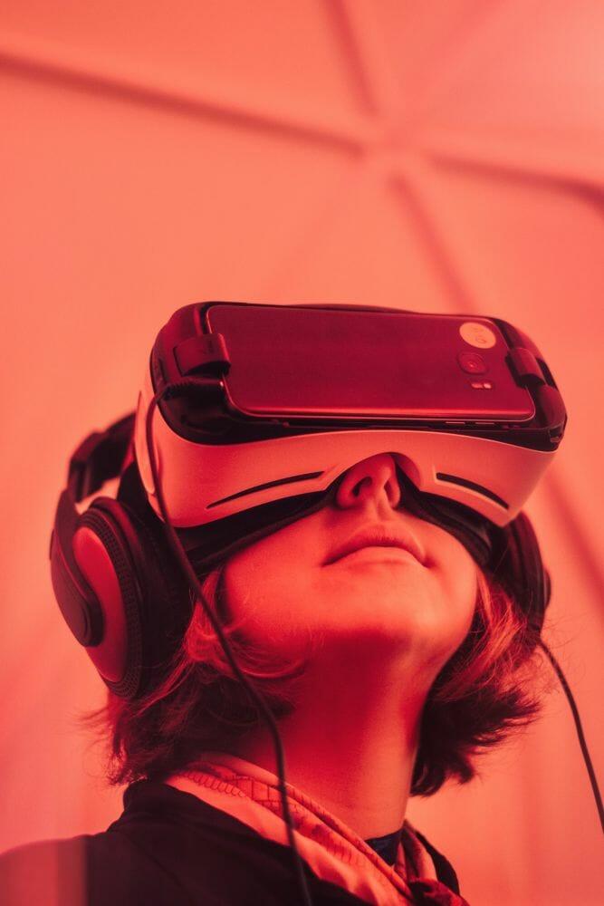 Jovem usa óculos de realidade virtual