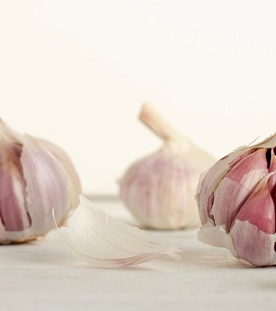 Este truque simples e genial para descascar dentes de alho vai mudar sua vida