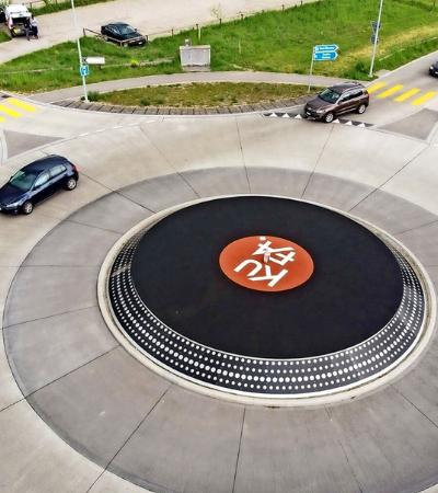 Suíça ganha rotatória personalizada com disco de vinil gigante
