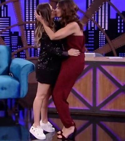 Fátima Bernardes e Tatá Werneck dão selinho para promover nova temporada de 'Lady Night'