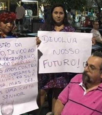 Jovens protestam e entregam kafta a Ministro da Educação no Pará