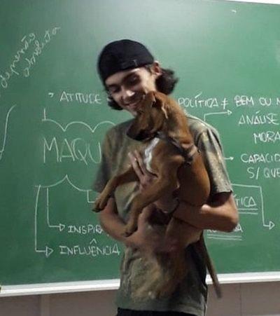 Professor dá aula com cadelinha no colo e imagem viraliza