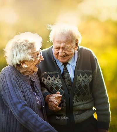 Casais de idosos em ensaios de noivado pra lembrar que o amor pode resistir ao tempo