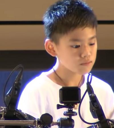 Garotinho cego emociona plateia tocando bateria no Japão