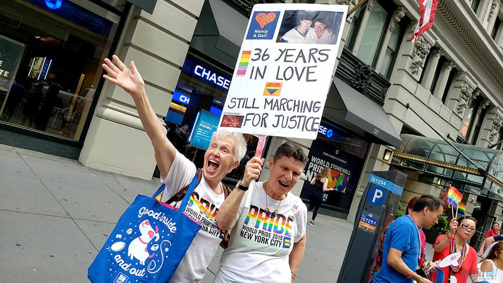 Casal lésbico protesta durante a World Pride - Foto: Rafael Leick / Viaja Bi!