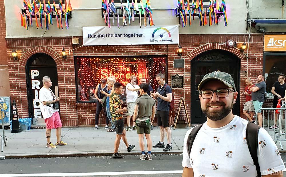Em frente ao bar gay Stonewall Inn - Foto: Rafael Leick / Viaja Bi!