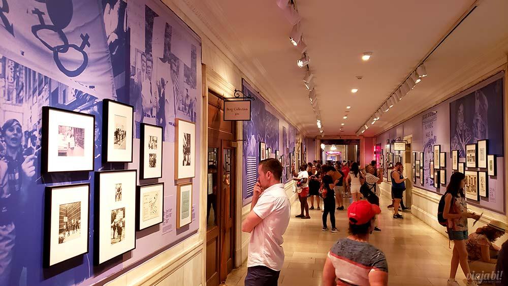 Exposição sobre Stonewall na Biblioteca Pública de Nova York - Foto: Rafael Leick / Viaja Bi!