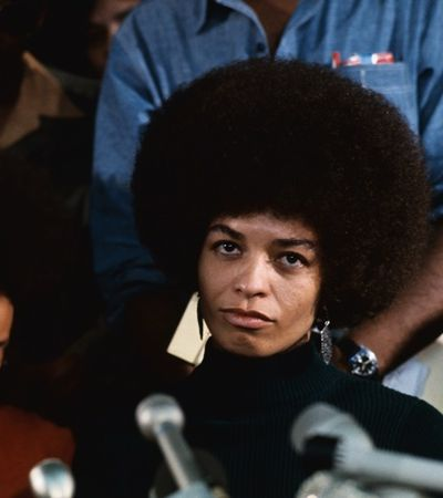 Filósofa e 'rainha' do feminismo negro Angela Davis vem ao Brasil em outubro