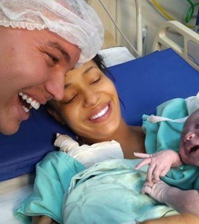 'Reconheceu a voz': Filha sorri para pai após parto e foto emociona a internet