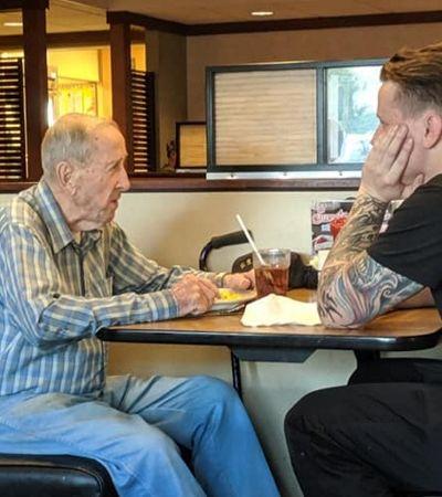 Garçom interrompe o trabalho para conversar com senhor de 91 anos que almoçava sozinho