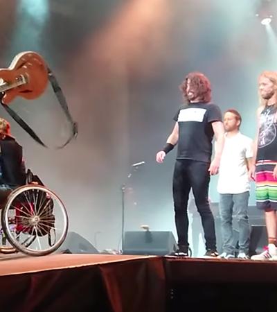 Fã em cadeira de rodas é carregado por platéia ao palco em show do Foo Fighters; assista