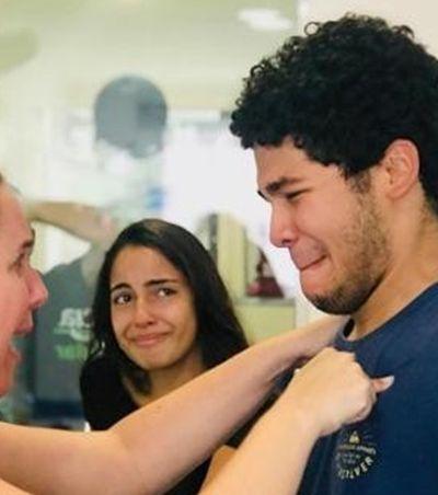 Jovem que faz faxina passa em medicina na USP após 6 meses estudando no banheiro