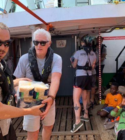 Richard Gere distribui alimentos para refugiados presos em barco no Mediterrâneo