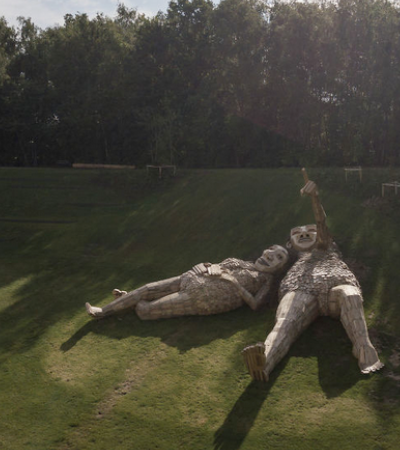 Artista esconde trolls gigantes de madeira em floresta na Bélgica