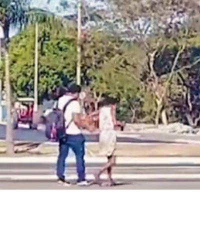 Mulher em situação de rua dá aula de cidadania ajudando deficiente visual em Cuiabá