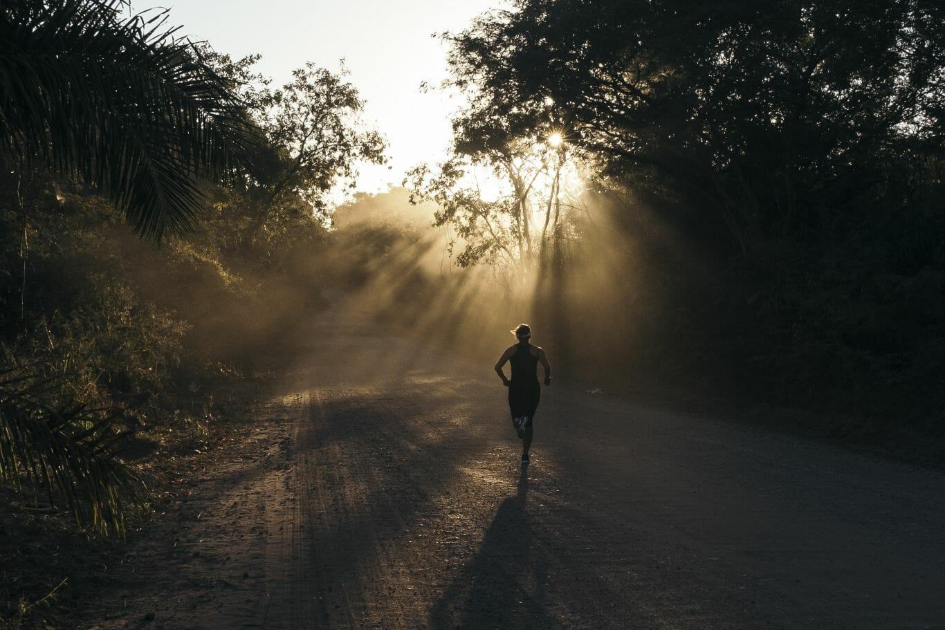 Pessoa correndo no Pantanal
