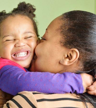 Quanto mais você abraça seus filhos mais o cérebro deles se desenvolve, aponta estudo