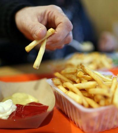 Adolescente fica cego por só comer batata frita, pão, presunto e salsicha