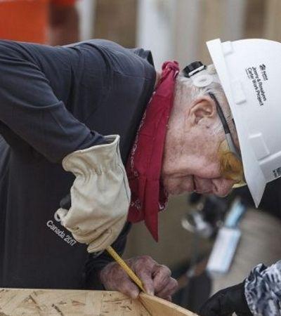 Aos 94 anos e se recuperando de cirurgia, ex-presidente dos EUA constrói casas populares