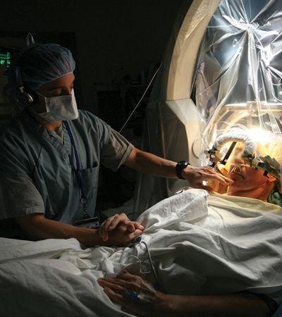 Cirurgia para tratamento de Parkinson começa a ser realizada pelo SUS