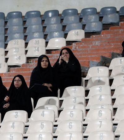 Iraniana condenada à prisão por entrar em estádio ateia fogo em si mesma