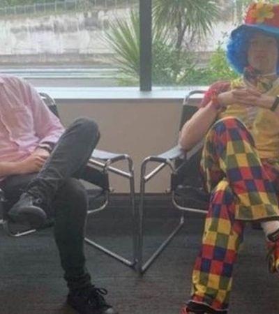 Ele decidiu levar um palhaço para ajudá-lo numa reunião de demissão