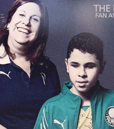 Mãe do palmeirense que narra as partidas para o filho deficiente visual ganha o 'Fifa Fan Awards'