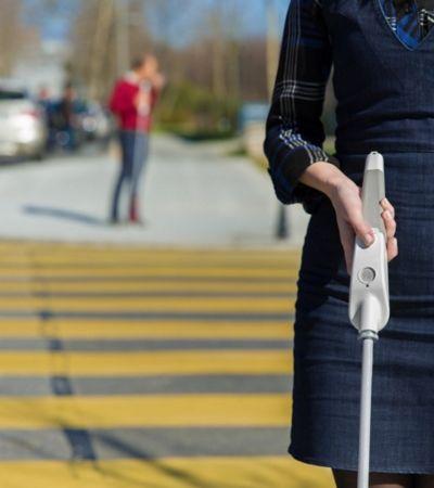 Homem cego cria bastão que usa Google Maps e sensores para guiá-lo