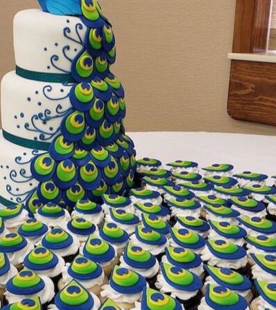 O maravilhoso bolo de pavão com plumas de cupcakes