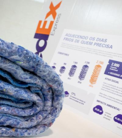Empresa de entregas transforma uniformes antigos em cobertores para quem tem frio