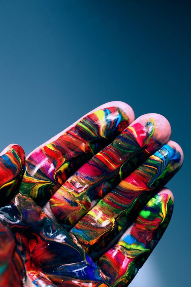 Criatividade: mão pintada com tintas coloridas