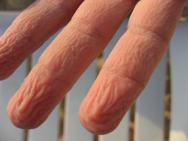 mão enrugada água 1