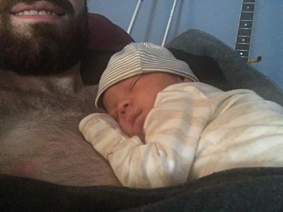 Bebê dormindo no peito de um homem
